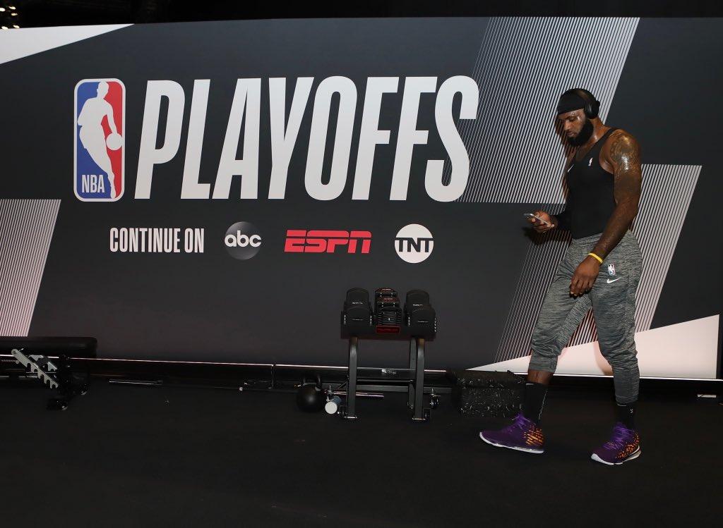 神情专注!NBA官方发布詹姆斯今日赛前热身照