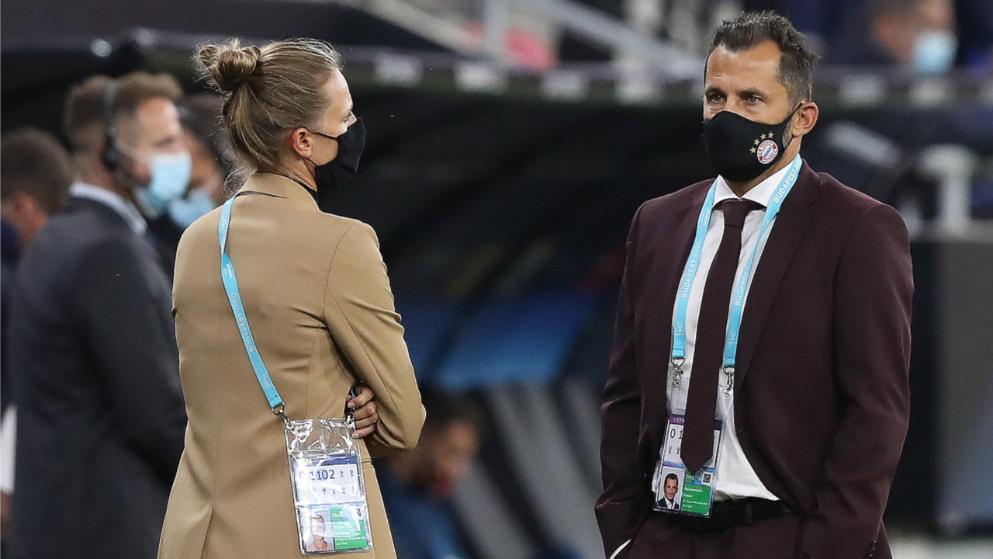 拜仁领队捶萨利胸口庆祝,卢卡斯扔T恤导致球迷被保安抓