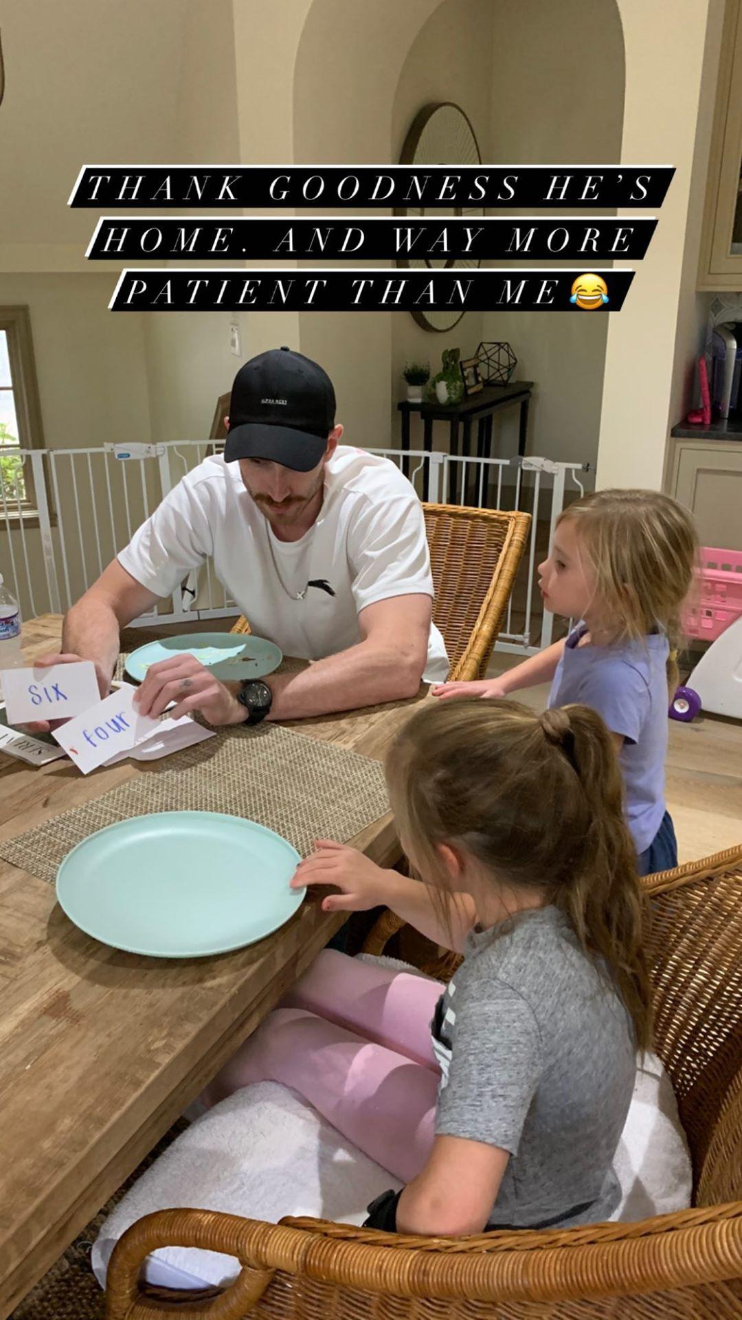 模范奶爸!海沃德教女儿学习,妻子感叹:他比我耐心多了