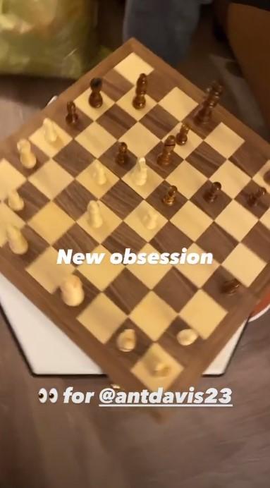 消遣放松!隆多与戴维斯下国际象棋:新爱好