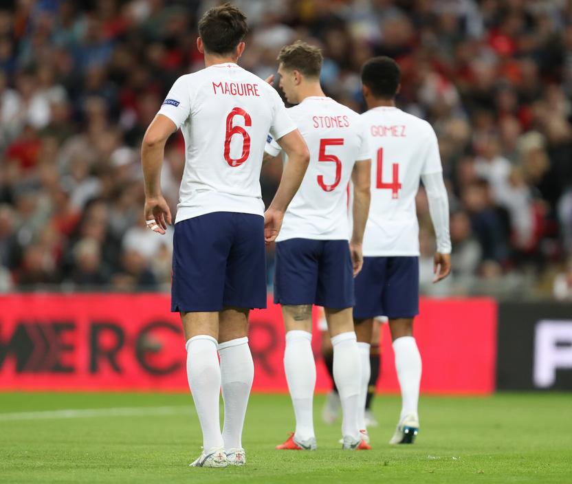 内维尔:英格兰各种中卫搭档都不给力,踢三后卫更好