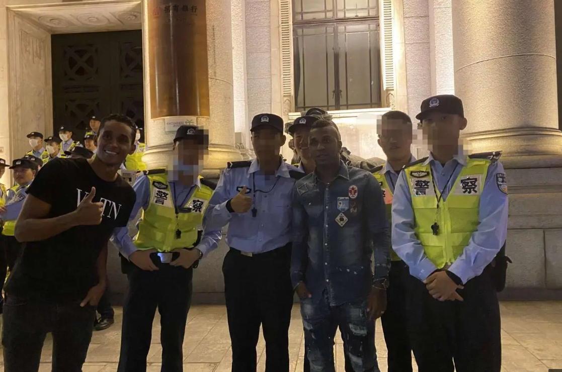 申花新援在上海街头活动,直到遇上了一群警察