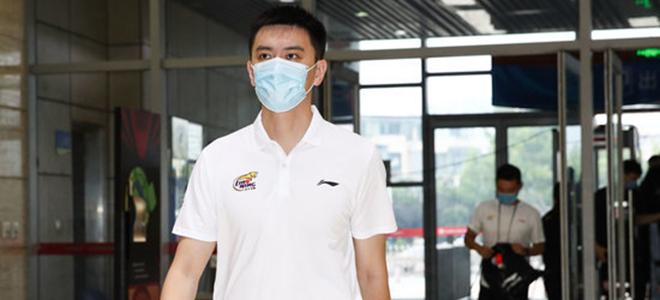 杨鸣:郭艾伦肺病还未痊愈,确实在接触乔纳森-西蒙斯