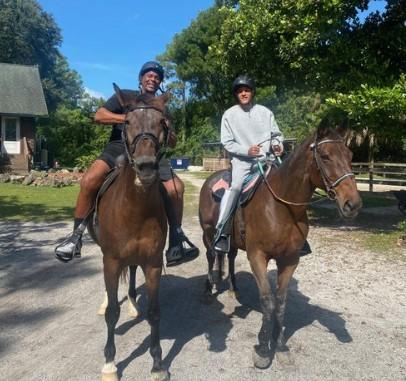 库班晒德朗蒂-韦斯特骑马照片:他已经迈出第一步