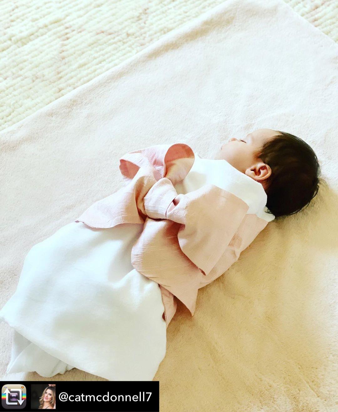 加索尔晒女儿伊丽莎白-吉安娜-加索尔的照片庆祝她满月