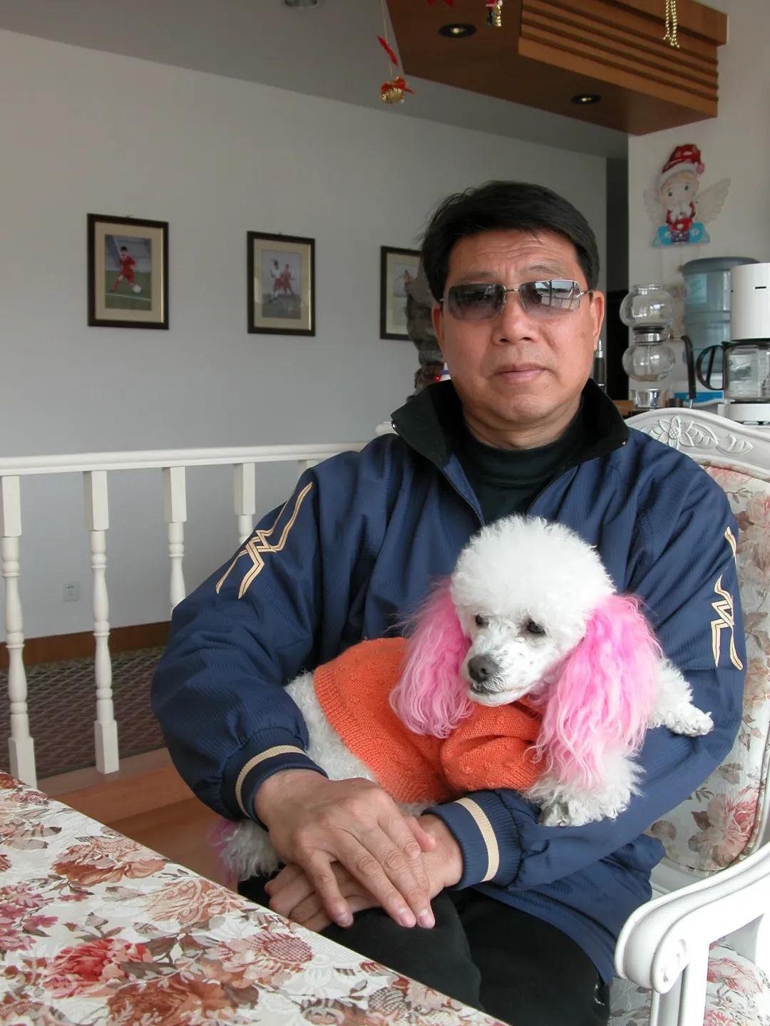 """东体:陪伴徐根宝15年的爱犬""""曼联""""不幸在崇明基地去世"""