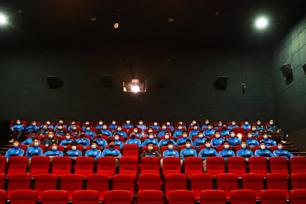 大连人观看《夺冠》:女排精神与民族精神激励着全体将士