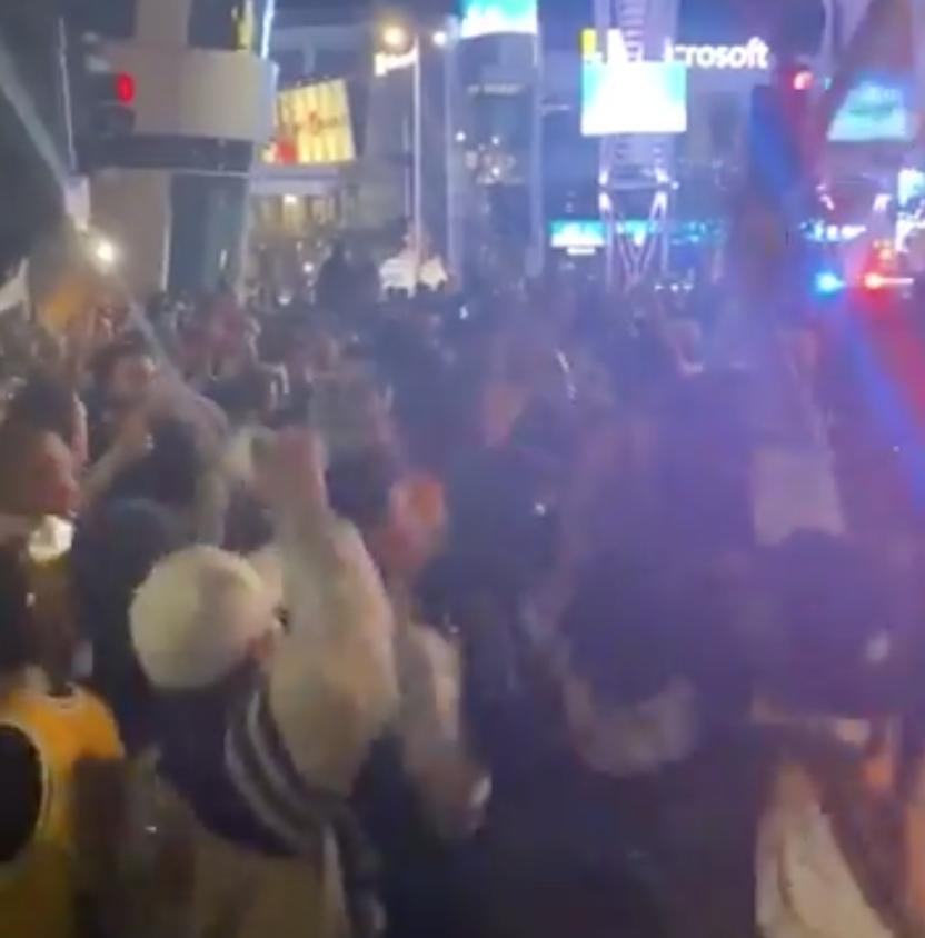 美媒晒球大发最新网站多少迷大喊'科比'庆祝夺冠的视频:球馆被热情点燃