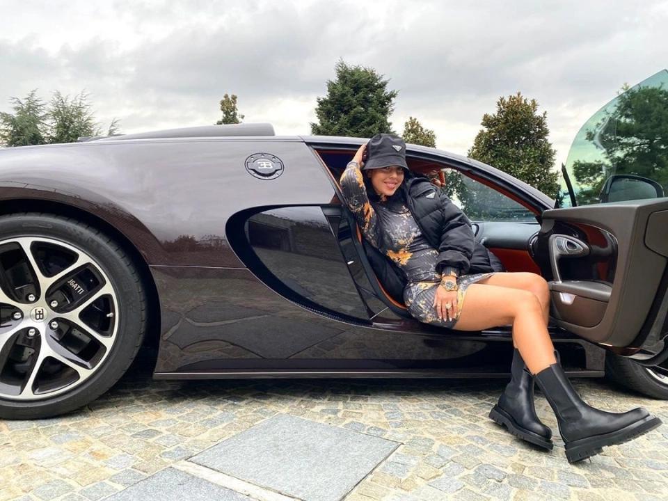 靓!乔治娜在C罗布加迪跑车上摆pose晒照,豪车价值170万镑