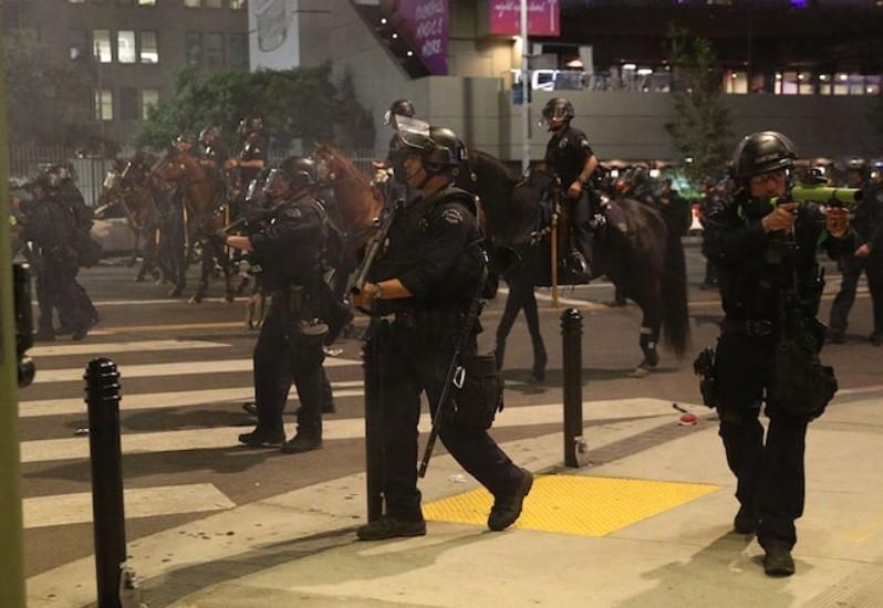 洛杉矶警方:昨日庆祝活动中76人被捕,8名警察受伤