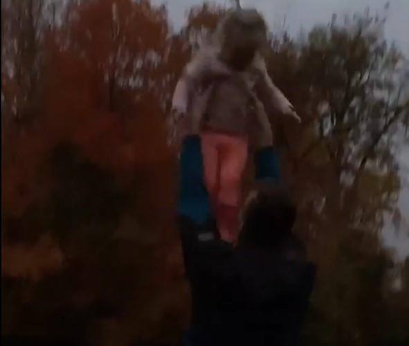 海沃德妻子更新Ins,晒海沃德带着女儿在雨中玩耍的片段