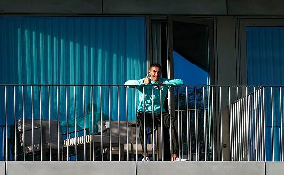 我还不错!C罗被拍到隔离后现身阳台,对镜头微笑竖大拇指