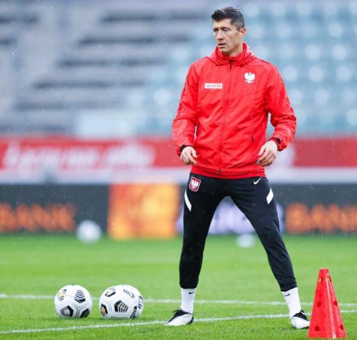 尽管脚踝有问题,但莱万依然参加了对阵波黑的赛前训练