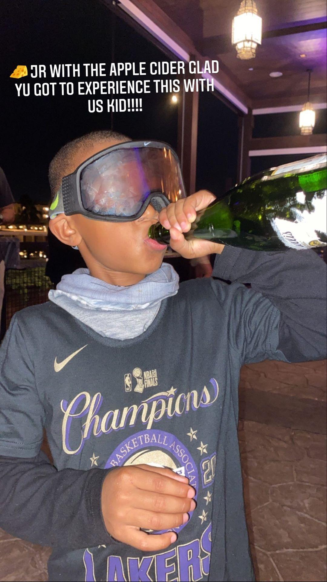 Young OG!韦特斯晒儿子饮用湖人夺冠香槟的照片