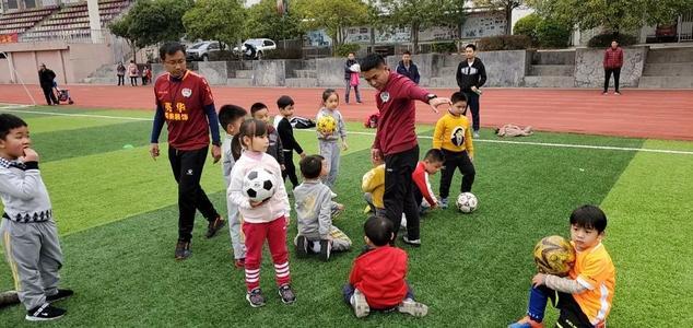 人民日报:足球从娃娃抓起,但不能揠苗助长和流于形式