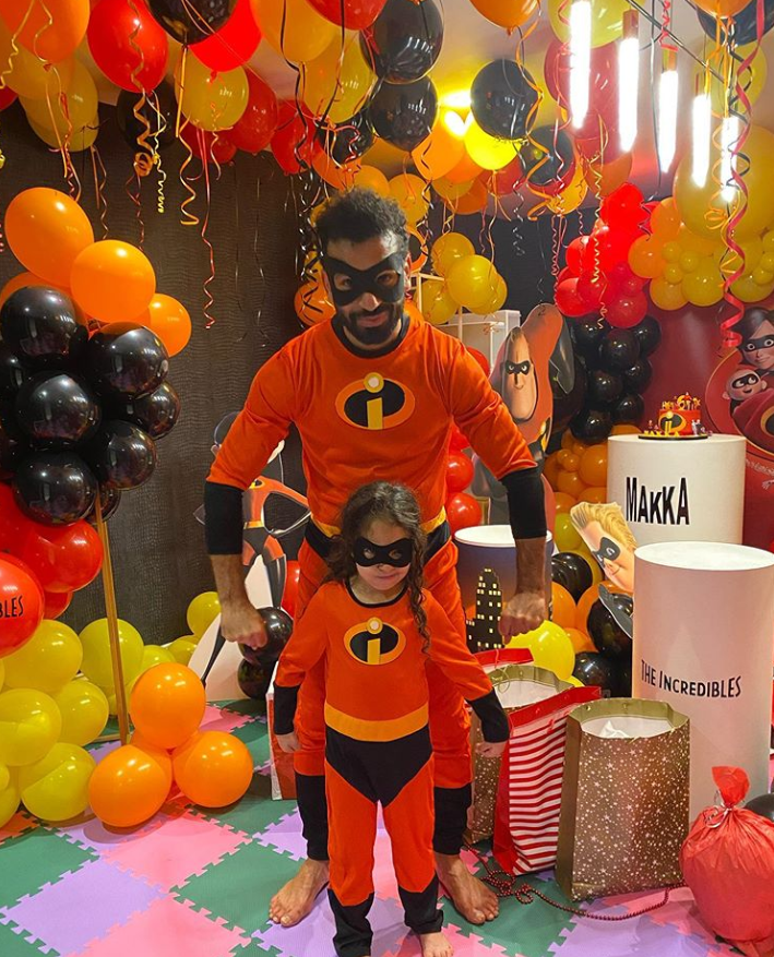 可可爱爱!萨拉赫穿上超人特工队的衣服,为女儿庆生