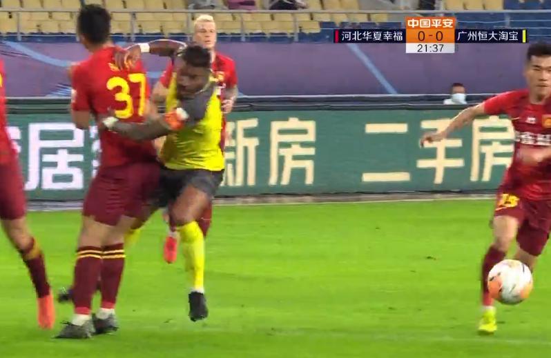 GIF:保利尼奥禁区内与潘喜明碰撞倒地,比赛继续进行