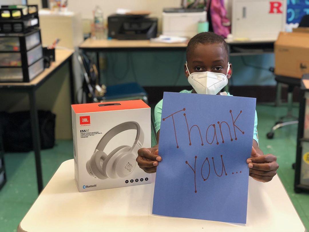 兰德尔与JBL品牌合作,为纽约一所小学的学生送去耳机