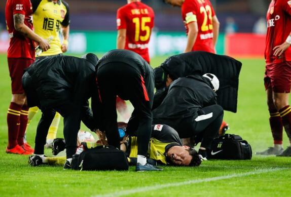 视频:高准翼初步诊断为右膝损伤,刘奕鸣将他背回更衣室