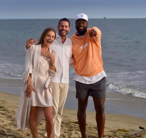 偶遇市民德维恩?韦德海边散步乱入网友求婚现场