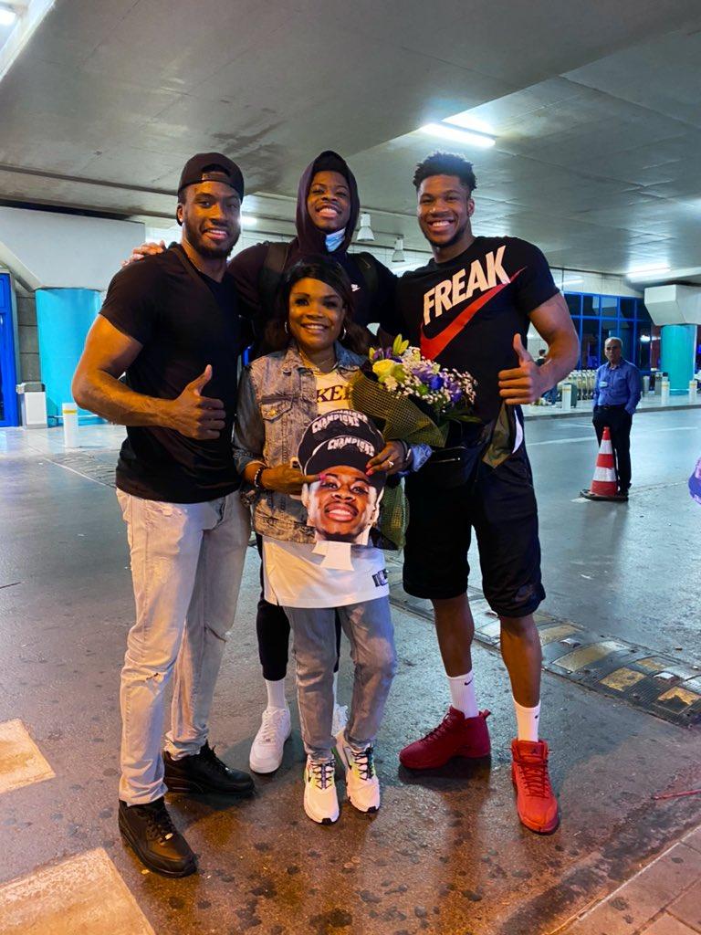 字母哥晒与母欧宝体育平台亲、哥哥一起迎接弟弟照片:冠军回家啦