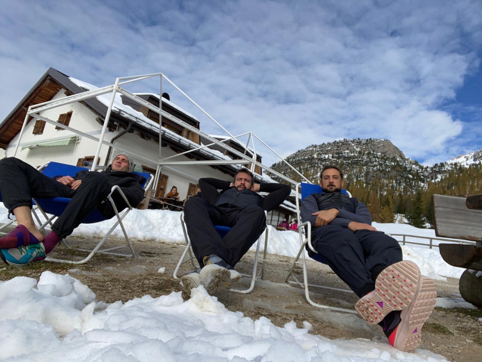 悠然自得!贝里内利更新推特晒与梅利在雪山下合影
