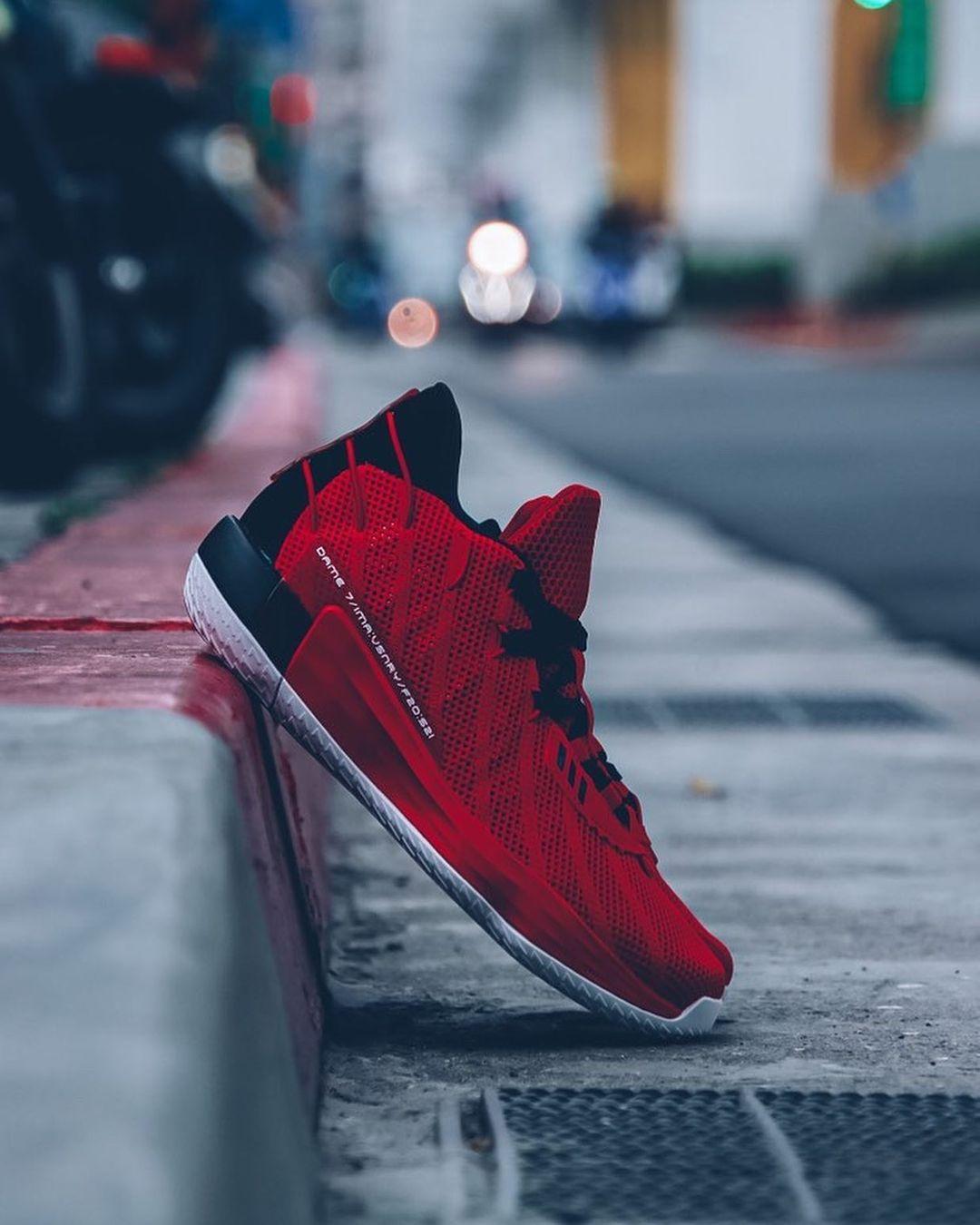 利拉德更新社媒,晒出自己战靴在都市街头的摆拍照