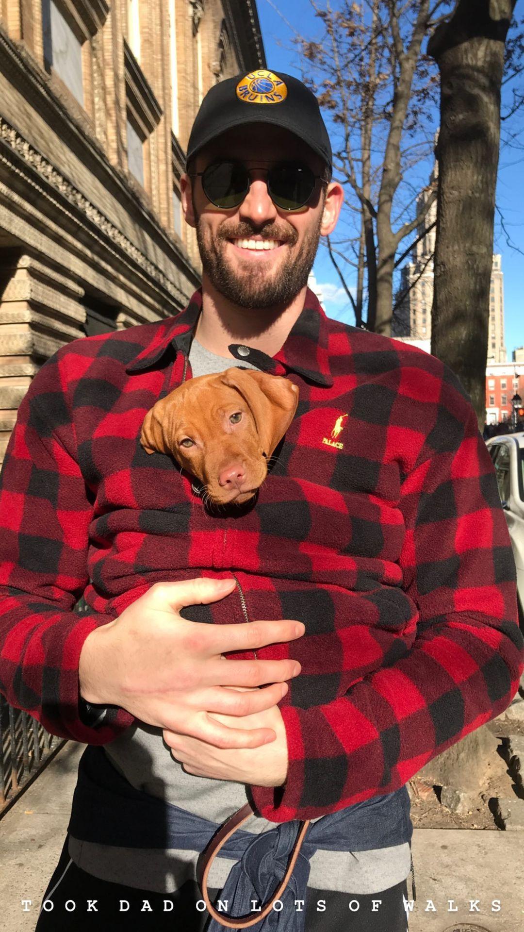 乐福女友晒乐亚博最新域名福与爱犬Velstry的照片,纪念爱犬的生日