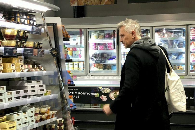 莱因克尔被拍到在商店里没戴口罩,本人道歉:年纪大忘事了