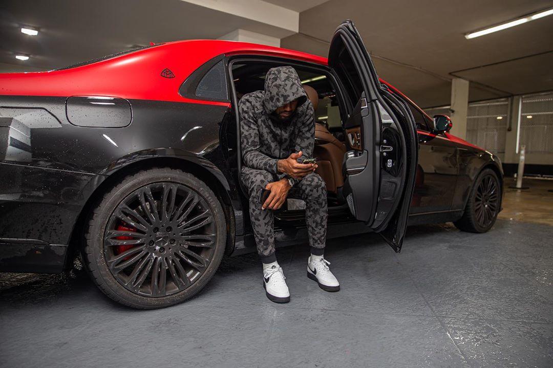 沃尔晒自己坐在迈巴赫豪车中的照im体育手机官网片:我看到了生活的变化