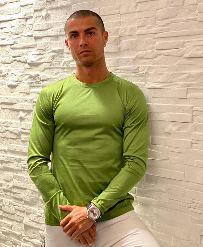 精神小伙!C罗晒照,穿绿色T恤目光坚定:让自信心来说话 第1张