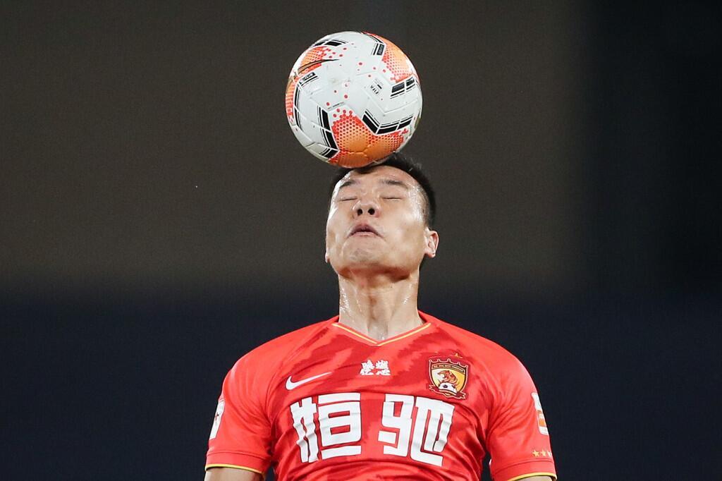 """新京报:裁判不""""抢戏"""",才是足球应有的样子"""