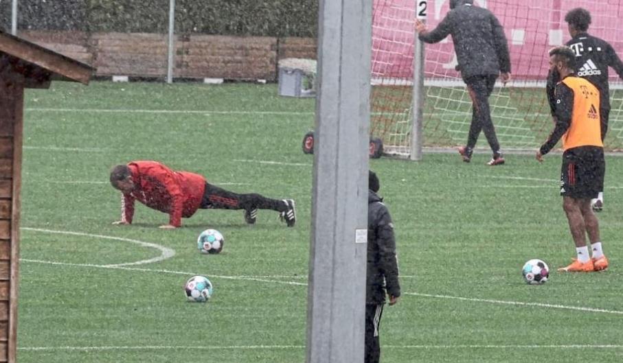 图片报:弗里克训练中组织脚法比赛,失败者被罚做俯卧撑