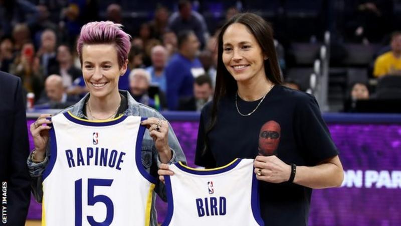 BBC:美国女足名将拉皮埃诺与WNBA球员伯bobo体育直播德订婚