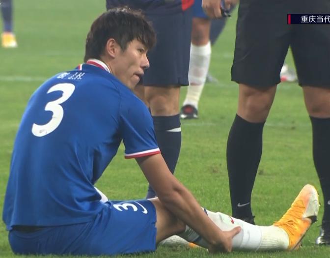 GIF:大腿倒了,毕津浩伤退被杨旭换下