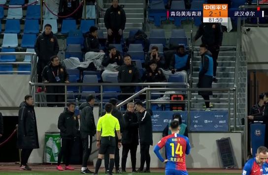 GIF:不踢了?武汉卓尔教练组冲入场内,被集体红牌罚下