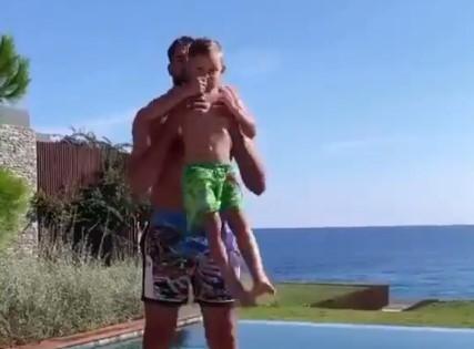 活体哑铃!瓦兰丘纳斯用儿子健身做前平举