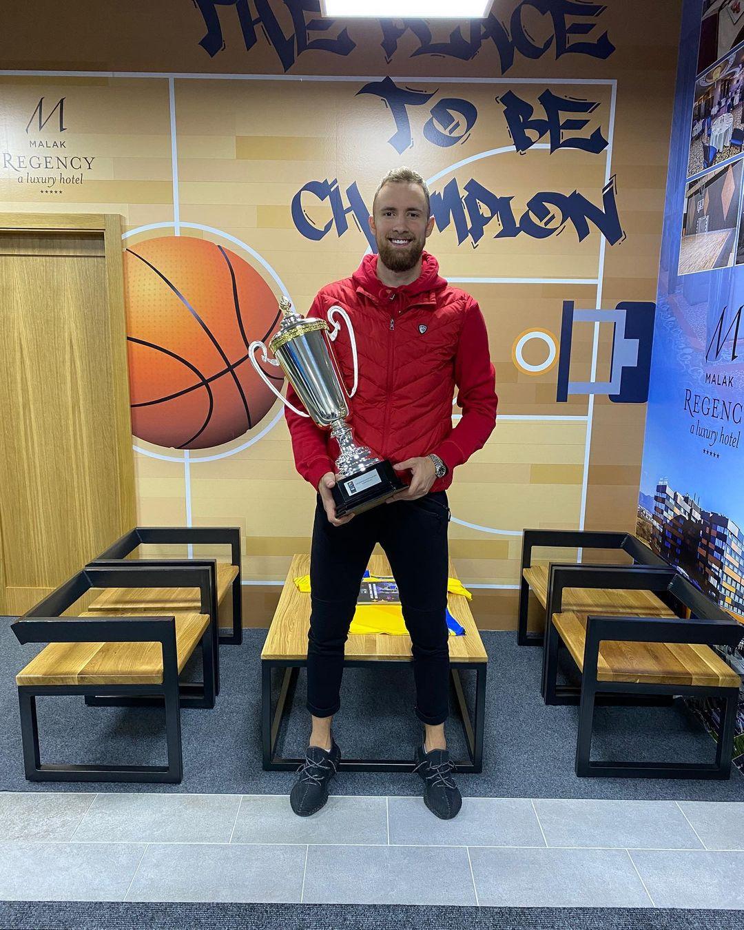 荣归故里!扎南-穆萨晒手捧15年欧锦赛冠军奖杯的照片