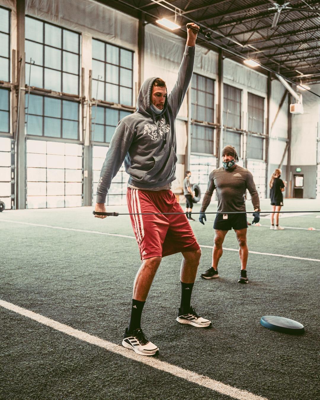 加里纳利更新推特发布在丹佛最新训练照:训练日