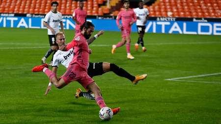 GIF:瓦拉内乌龙失误,瓦伦西亚进球过线反超皇马
