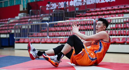 可兰白克左腿髌骨腾达会官网骨裂,预计将缺席8周比赛