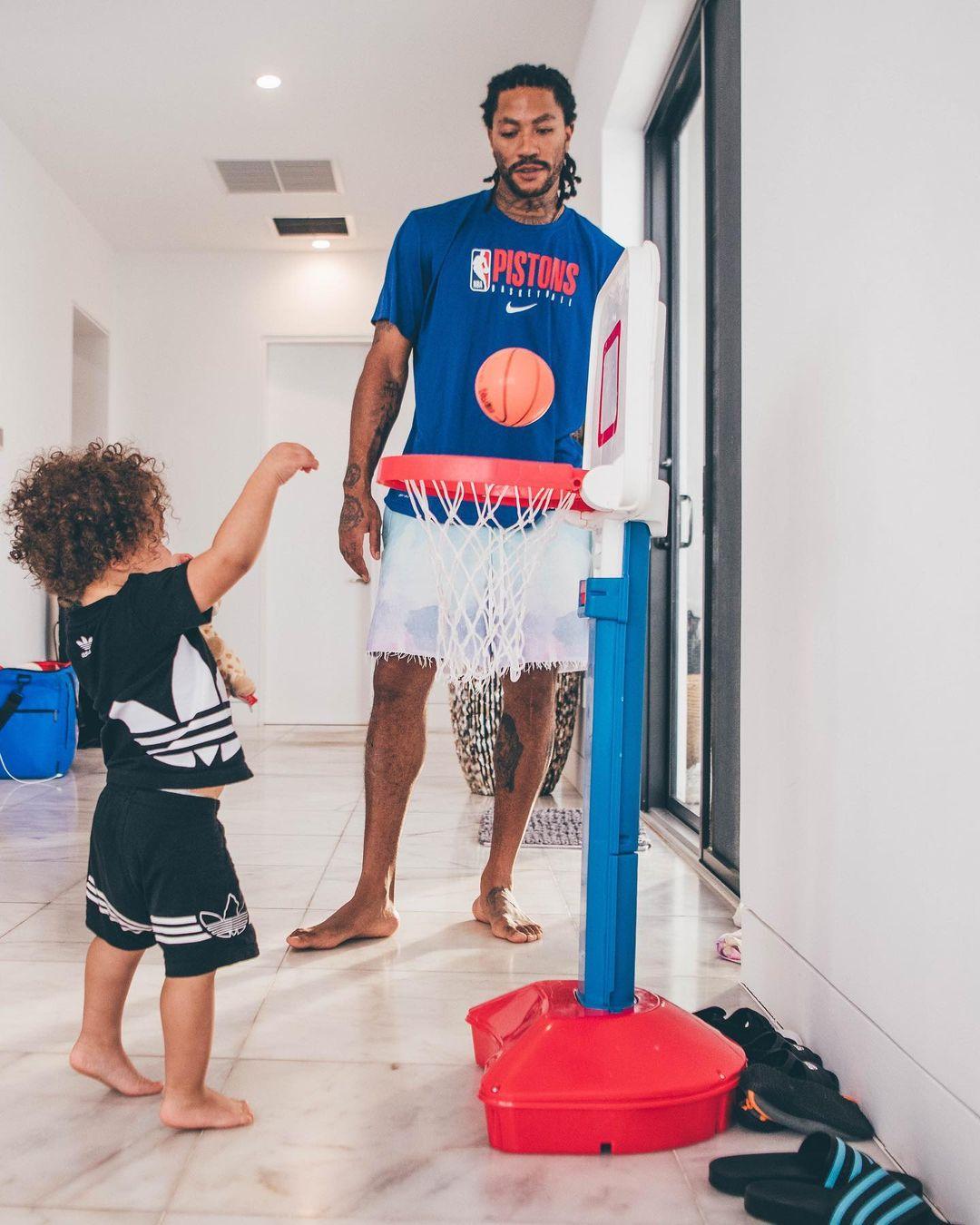 其乐融融!罗斯带儿子玩儿童篮筐