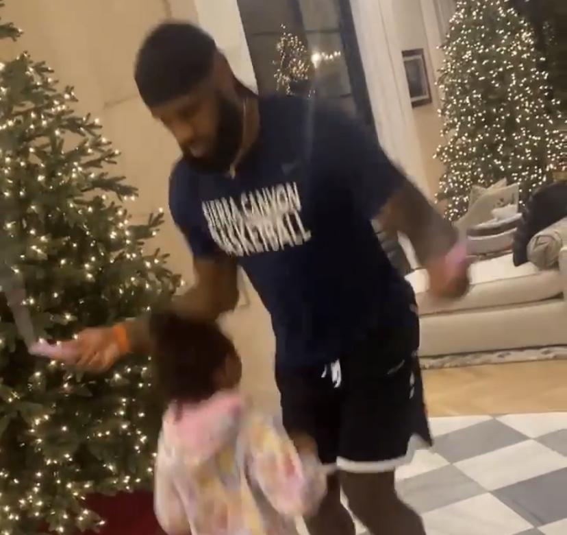 温馨有爱!詹姆斯妻子晒老公和女儿一起跳绳视频
