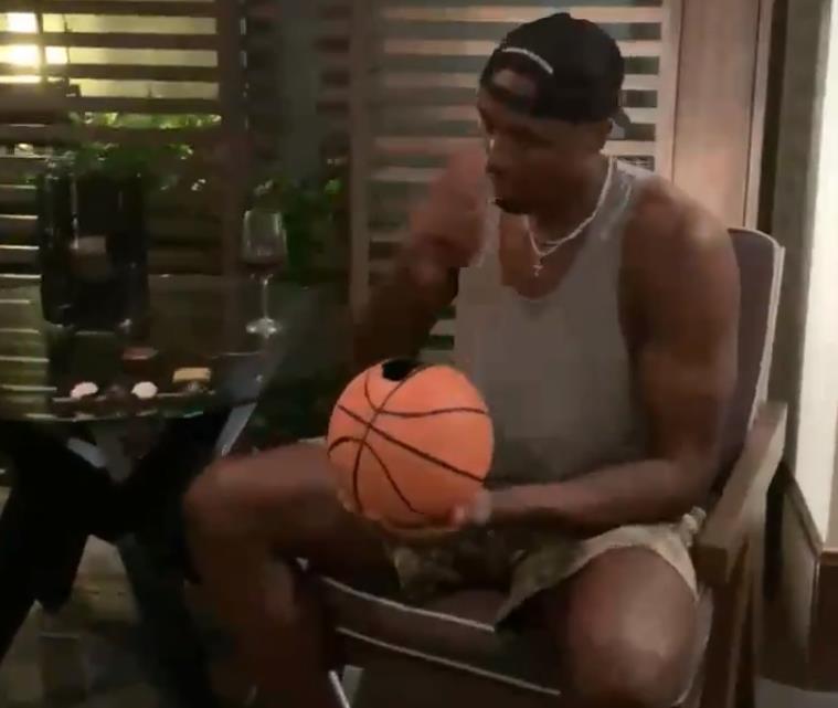 """伊巴卡推特晒""""吃篮球"""":你有多巴望新赛季?"""